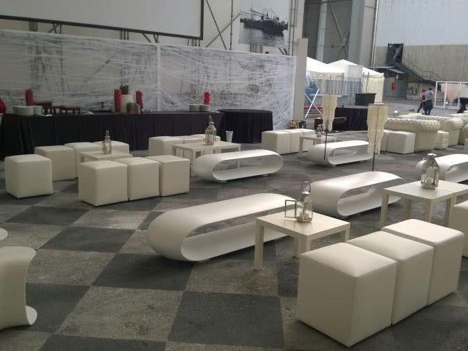Noleggio pouf in ecopelle bianca per eventi noleggiodesign for Noleggio arredi per eventi milano