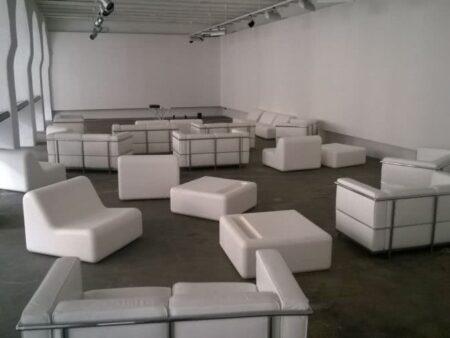 Divano Di Pelle Bianco.Noleggio Divano In Ecopelle Bianca Per Eventi Eleganti