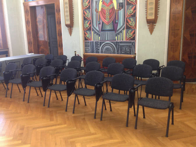 Noleggio sedia con ribaltina per conferenze noleggiodesign for Sedie decorate da artisti