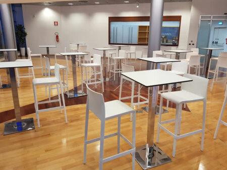 Noleggio tavolo alto quadrato bianco per eventi noleggiodesign