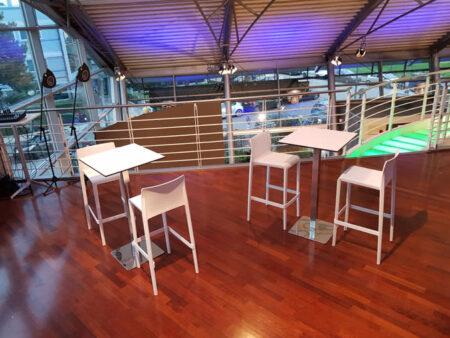 Sgabelli E Tavoli Alti.Noleggio Tavolo Alto Quadrato Bianco Per Eventi Noleggiodesign